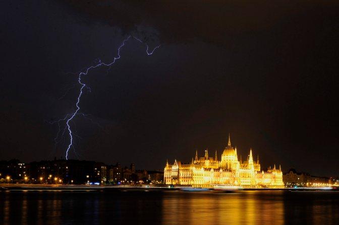 Budapest, 2015. május 20. Villámlás Budapest felett, jobbra a Parlament 2015. május 20-án. MTI Fotó: Kovács Tamás