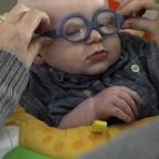 Ahogy a látássérült kisbaba először látja meg édesanyját, biztosan megolvasztja mindenki szívét