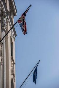 Budapest, 2016. június 24. Brit és uniós zászló Nagy-Britannia budapesti nagykövetségén 2016. június 24-én, a brit népszavazás másnapján. A brit szavazók 52 százaléka szavazott a kilépésre, 48 százaléka a bennmaradásra. MTI Fotó: Balogh Zoltán
