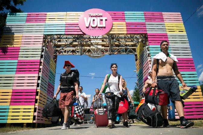 Sopron, 2016. június 28. Fesztiválozók a soproni Lõvér kemping bejáratában a 24. Volt Fesztivál nulladik napján, 2016. június 28-án. MTI Fotó: Mohai Balázs