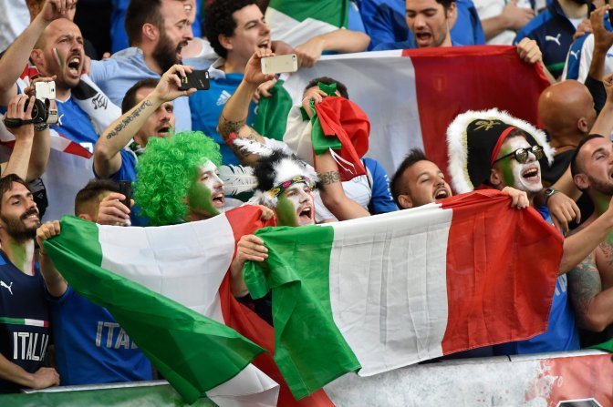 Bordeaux, 2016. július 2. Olasz szurkolók a franciaországi labdarúgó Európa-bajnokság negyeddöntõjének Németország - Olaszország mérkõzése elõtt a bordeaux-i Új Stadionban 2016. július 2-án. MTI Fotó: Illyés Tibor