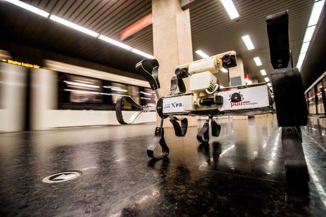 Budapest, 2016. július 5. A Puli Space Technologies I2.0N típusú holdszondája a Metró Galéria Puli Space-kiállításának megnyitóján a Puskás Ferenc Stadion metróállomáson 2016. július 5-én. A galéria plakátjain egy hónapon át tekinthetõ meg a Puli Space magyar ûrprojekt, amelynek történetét és céljait egy hónapon át láthatja a közönség a metró M2, M3 és M4 szerelvényeiben. A kampány célja, hogy bemutassa a Google Lunar XPRIZE versenyét és benne a Puli Space részvételét a nagyközönség, illetve a lehetséges támogatók elõtt. MTI Fotó: Balogh Zoltán