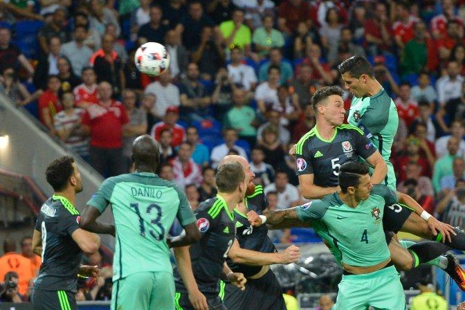 Lyon, 2016. július 6. A portugál Cristiano Ronaldo (j, fent) gólt fejel a franciaországi labdarúgó Európa-bajnokság elõdöntõjének Portugália - Wales mérkõzésén a lyoni stadionban 2016. július 6-án. MTI Fotó: Illyés Tibor