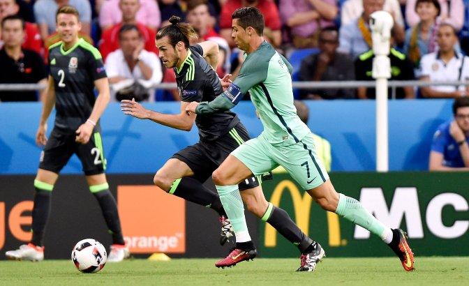 Lyon, 2016. július 6. A walesi Gareth Bale (k) és a portugál Cristiano Ronaldo (j) a franciaországi labdarúgó Európa-bajnokság elõdöntõjének Portugália - Wales mérkõzésén a lyoni stadionban 2016. július 6-án. Mindkét labdarúgó a Real Madrid játékosa. MTI Fotó: Illyés Tibor