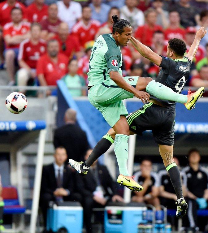 Lyon, 2016. július 6. A portugál Bruno Alves (b) és a walesi Hal Robson-Kanu a franciaországi labdarúgó Európa-bajnokság elõdöntõjének Portugália - Wales mérkõzésén a lyoni stadionban 2016. július 6-án. MTI Fotó: Illyés Tibor