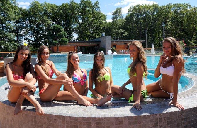 Miskolc, 2016. július 7. Dézsányi Bianka, Ricza Nicoletta, Parragh Blanka, Vámos Anna Liza, Somossy Barbara és Oczella Eszter (b-j), a Magyarország szépe versenyzõi a miskolctapolcai Avalon Parkban megrendezett felkészítõ tábor negyedik napján, 2016. július 7-én. A Miss World Hungary július 17-i élõ döntõjében tizenhat versenyzõ mérkõzhet meg koronáért. MTI Fotó: Vajda János