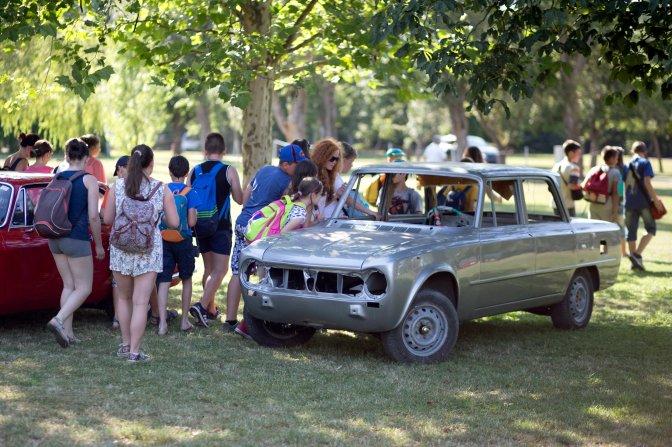 Zánka, 2016. július 10. Egy restaurálás alatt álló veterán Alfa Romeo Giuliát néznek érdeklõdõk Közép-Európa legnagyobb Alfa Romeo-márkatalálkozóján a zánkai Erzsébet Üdülõközpontban 2016. július 9-én. Az AlfaCity elnevezésû rendezvényre több mint ezerkétszáz Alfa Romeo érkezett. MTI Fotó: Dékán Gábor