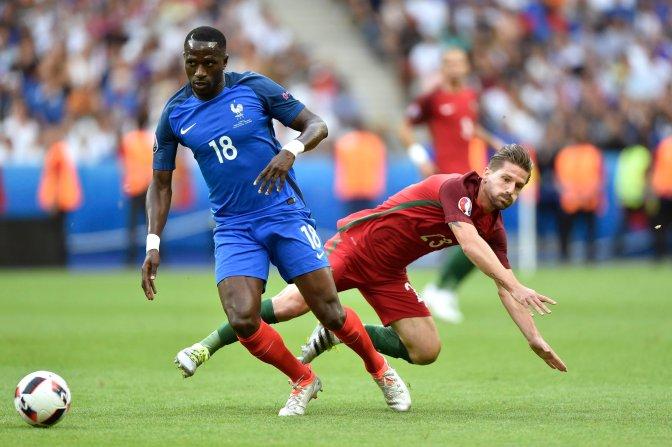 Saint-Denis, 2016. július 10. A francia Moussa Sissoko (b) és a portugál Adrien Silva a franciaországi labdarúgó Európa-bajnokság döntõjében vívott Franciaország - Portugália mérkõzésen a Saint-Denis-i Stade de France stadionban 2016. július 10-én. MTI Fotó: Illyés Tibor