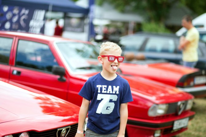 Zánka, 2016. július 10. Érdeklõdõ Közép-Európa legnagyobb Alfa Romeo-márkatalálkozóján a zánkai Erzsébet Üdülõközpontban 2016. július 9-én. Az AlfaCity elnevezésû rendezvényre több mint ezerkétszáz Alfa Romeo érkezett. MTI Fotó: Dékán Gábor
