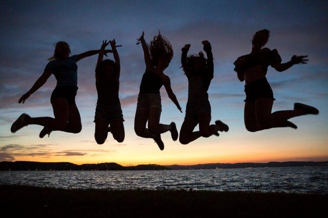 Zamárdi, 2016. július 7. Fesztiválozók ugranak a levegõbe a Balaton Sound fesztivál nyitónapján Zamárdiban 2016. július 6-án este. MTI Fotó: Mohai Balázs