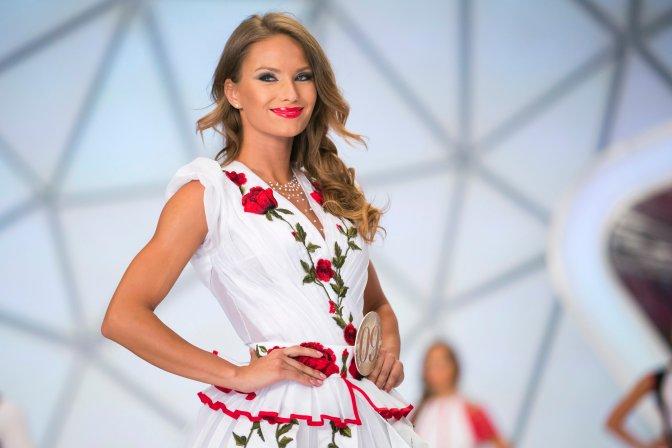 Budapest, 2016. július 17. A második helyen végzett Oczella Eszter a Magyarország Szépe verseny televíziós döntõjében Bélavári Zita divattervezõ és egyben az egyik zsûritag által tervezett, népi motívumokkal díszített ruhájában a Médiaszolgáltatás-támogató és Vagyonkezelõ Alap (MTVA) óbudai gyártóbázisának 1-es stúdiójában 2016. július 17-én. A gyõztes a decemberi Miss World versenyen képviselheti Magyarországot Washingtonban. MTI Fotó: Mohai Balázs
