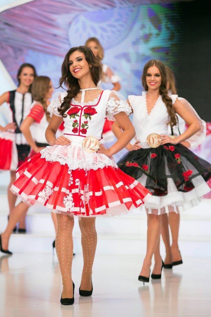 Budapest, 2016. július 17. A közönség által legszebbnek választott Dézsányi Bianka (k) és a harmadik helyen végzett Dukai Babett (j), a Magyarország Szépe verseny televíziós döntõjének résztvevõi Bélavári Zita divattervezõ és egyben az egyik zsûritag által tervezett, moldvai csángó- matyó- rimóci és- sióagárdi motívumokkal díszített ruháiban a Médiaszolgáltatás-támogató és Vagyonkezelõ Alap (MTVA) óbudai gyártóbázisának 1-es stúdiójában 2016. július 17-én. A gyõztes a decemberi Miss World versenyen képviselheti Magyarországot Washingtonban. MTI Fotó: Mohai Balázs
