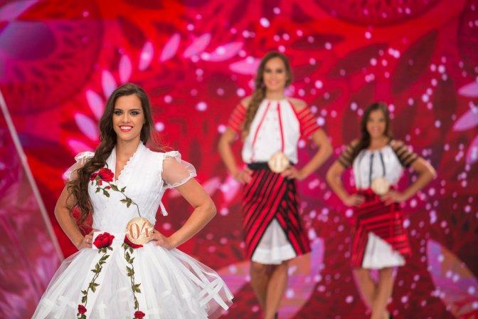 Budapest, 2016. július 17. A Magyarország Szépe verseny televíziós döntõjének gyõztese, Gelencsér Tímea (b) Bélavári Zita divattervezõ és egyben az egyik zsûritag által tervezett, népi motívumokkal díszített ruhájában a Médiaszolgáltatás-támogató és Vagyonkezelõ Alap (MTVA) óbudai gyártóbázisának 1-es stúdiójában 2016. július 17-én. Gelencsér Tímea a decemberi Miss World versenyen képviselheti Magyarországot Washingtonban. MTI Fotó: Mohai Balázs