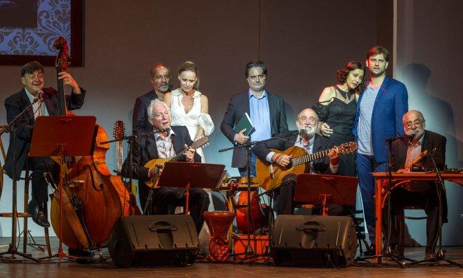 Budapest, 2016. július 20. Rudolf Péter (b3), Nagy-Kálózy Eszter (b4), Nyáry Krisztián (k), Gryllus Dorka (j3) és Simon Kornél (j2), valamint Becze Gábor (b), Radványi Balázs (b2), Gryllus Vilmos (j4) és Gryllus Dániel (j), a Kaláka együttes tagjai Nyáry Krisztián és a Kaláka együttes Így szerettek õk címû irodalmi estjének próbáján a Városmajori Szabadtéri Színpadon 2016. július 19-én. A Budapesti Nyári Fesztivál programjaként tartott bemutató 2016. július 20-án lesz. MTI Fotó: Szigetváry Zsolt