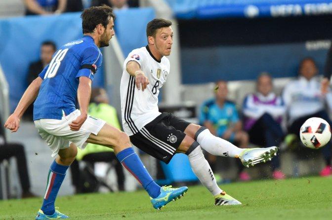 Bordeaux, 2016. július 2. Az olasz Marco Parolo (b) és a német Mesut Özil a franciaországi labdarúgó Európa-bajnokság negyeddöntõjének Németország - Olaszország mérkõzésén a bordeaux-i Új Stadionban 2016. július 2-án. MTI Fotó: Illyés Tibor