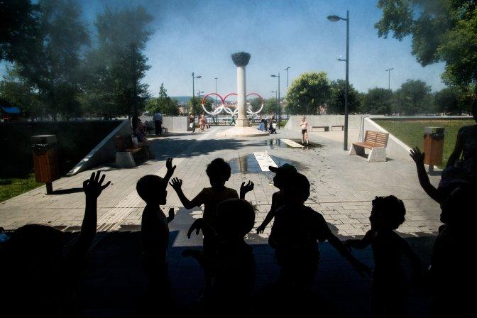 Budapest, 2016. július 12. Gyerekek hûsítik magukat a kánikulában egy párásító kapu alatt Budapesten, az Olimpia Parkban 2016. július 12-én. Tizenegy megyére és a fõvárosra másodfokú, az ország többi területére elsõfokú figyelmeztetést adott ki a meteorológiai szolgálat. A legmagasabb hõmérséklet többnyire 33-37 fok között várható. MTI Fotó: Balogh Zoltán