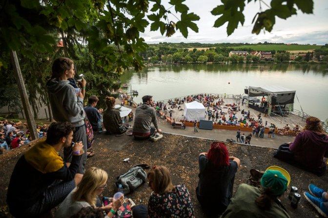Bánk, 2016. július 15. Fesztiválozók a Bánki-tó mellett a Bánkitó Fesztiválon a Nógrád megyei Bánkon 2016. július 15-én. MTI Fotó: Mohai Balázs