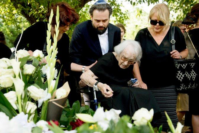 Budapest, 2016. július 21. Somló Tamás édesanyja (k) a zenész temetésén a budapesti Kozma utcai izraelita temetõben 2016. július 21-én. Somló Tamás 68 éves korában, hosszú betegség után, július 19-én hunyt el. MTI Fotó: Koszticsák Szilárd