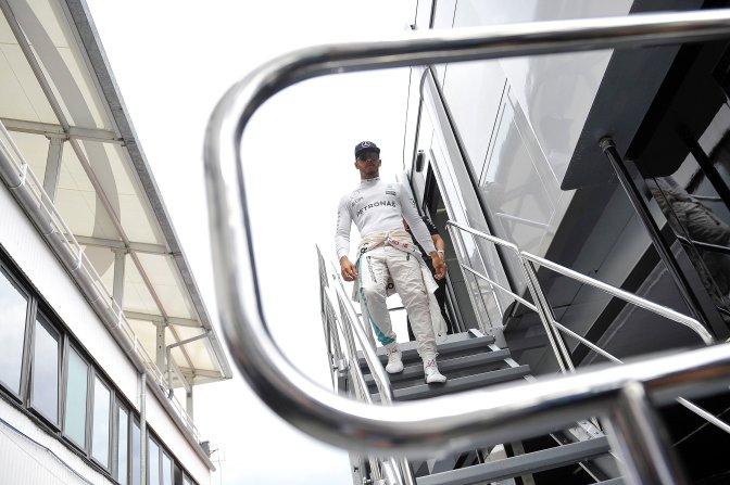 Mogyoród, 2016. július 22. A világbajnoki címvédõ Lewis Hamilton, a Mercedes csapat brit versenyzõje a Forma-1-es Magyar Nagydíj elsõ szabadedzése elõtt a mogyoródi Hungaroringen 2016. július 22-én. MTI Fotó: Czeglédi Zsolt