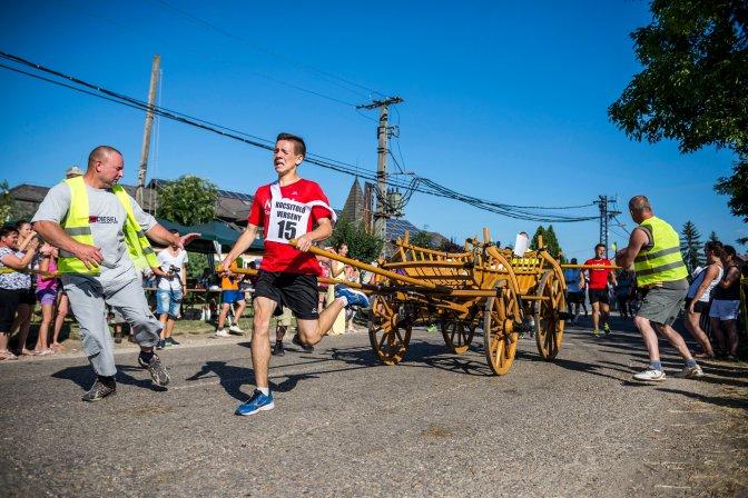 Kocs, 2016. július 10. A kocsi Nóri Fodrászata és Dominó Kft. csapata versenyez a 18. Kocsitoló Fesztiválon Kocson 2016. július 10-én. MTI Fotó: Bodnár Boglárka