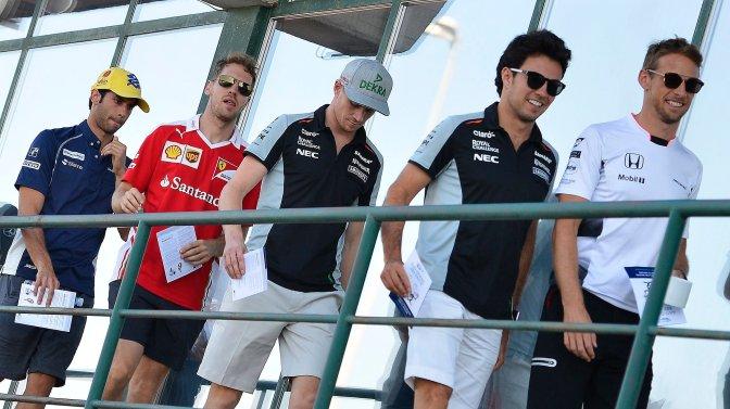 Mogyoród, 2016. július 22. Balról Felipe Nasr, a Sauber csapat brazil versenyzõje, Sebastian Vettel, a Ferrari csapat német (b2), Nico Hülkenberg, a Force India csapat német (b3), Sergio Perez, a Force India csapat mexikói (j2) és Jenson Button, a McLaren csapat brit pilótája (j) a Forma-1-es Magyar Nagydíj második szabadedzése utáni versenyzõi eligazítást követõen a mogyoródi Hungaroringen 2016. július 22-én. MTI Fotó: Czeglédi Zsolt
