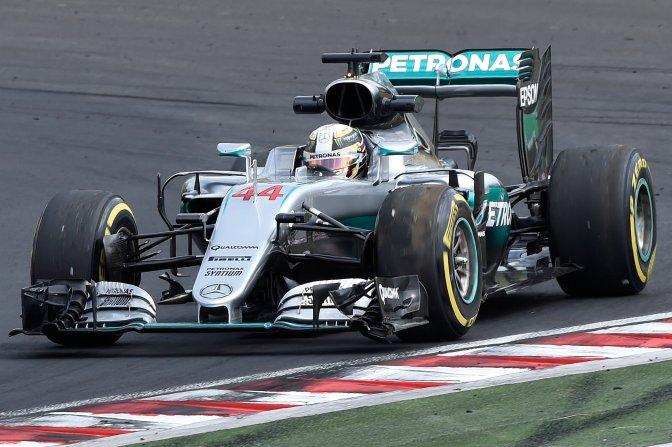 Mogyoród, 2016. július 22. A világbajnoki címvédõ Lewis Hamilton, a Mercedes csapat brit versenyzõje a boxutca felé tart megrongálódott autójával, miután kicsúszott a pályáról a Forma-1-es Magyar Nagydíj második szabadedzésén a mogyoródi Hungaroringen 2016. július 22-én. MTI Fotó: Kovács Tamás
