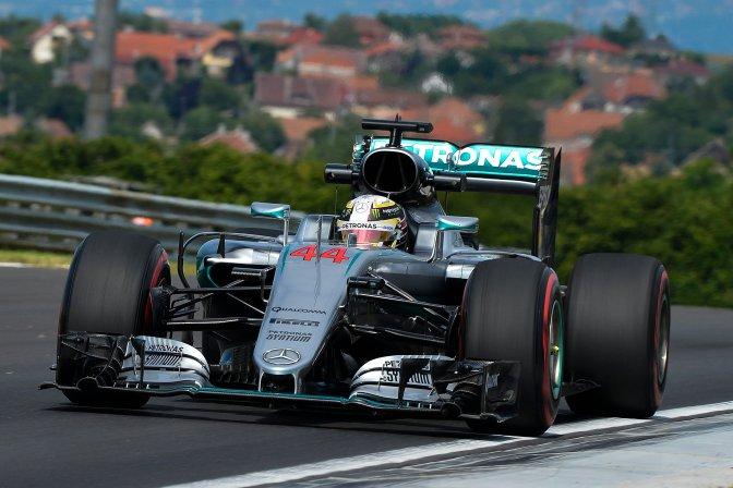 Mogyoród, 2016. július 22. A világbajnoki címvédõ Lewis Hamilton, a Mercedes csapat brit versenyzõje a Forma-1-es Magyar Nagydíj elsõ szabadedzésén a mogyoródi Hungaroringen 2016. július 22-én. MTI Fotó: Czeglédi Zsolt