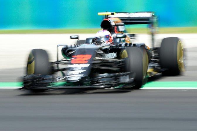 Mogyoród, 2016. július 22. Jenson Button, a McLaren csapat brit versenyzõje kicsúszik a pályáról a Forma-1-es Magyar Nagydíj elsõ szabadedzésén a mogyoródi Hungaroringen 2016. július 22-én. MTI Fotó: Kovács Tamás