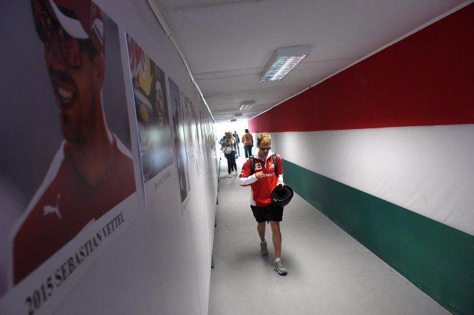 Mogyoród, 2016. július 22. Sebastian Vettel, a Ferrari csapat német versenyzõje érkezik a Forma-1-es Magyar Nagydíj második napján a mogyoródi Hungaroringen 2016. július 22-én. MTI Fotó: Kovács Tamás