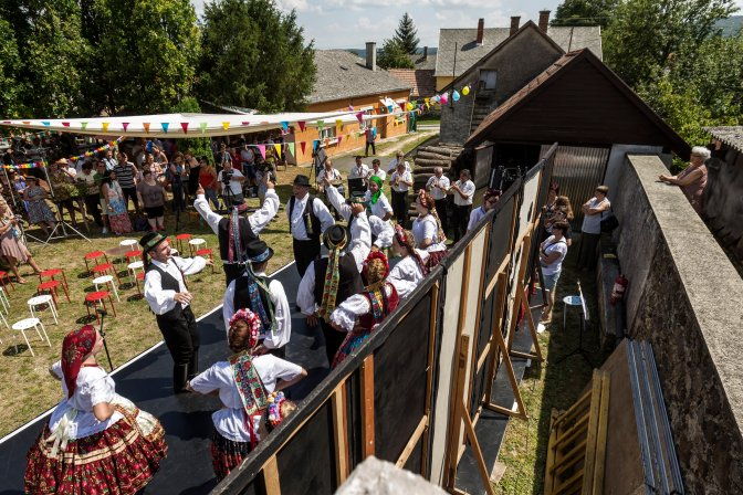 Taliándörögd, 2016. július 22. A zengõvárkonyi Köpüfa zenekar és táncosai lépnek fel a 26. Mûvészetek Völgye kulturális fesztivál megnyitóján Taliándörögdön 2016. július 22-én. MTI Fotó: Szigetváry Zsolt