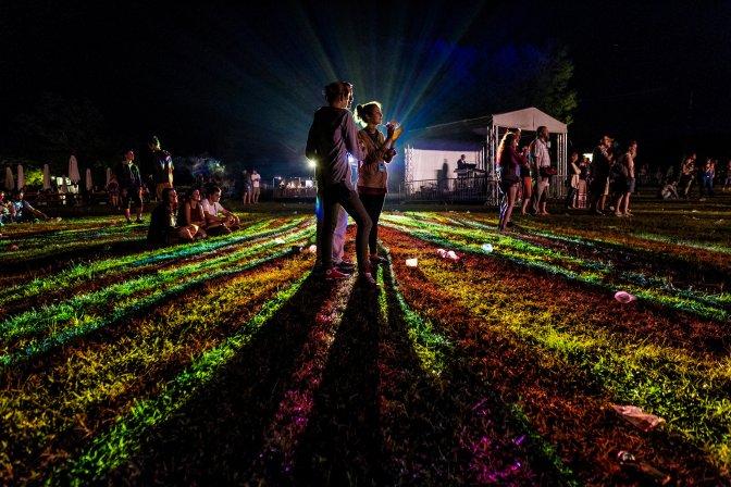 Kapolcs, 2016. július 23. A közönség az Ivan and the Parazol együttes koncertjén a 26. Mûvészetek Völgye 2016 kulturális fesztiválon 2016. július 22-én. MTI Fotó: Szigetváry Zsolt