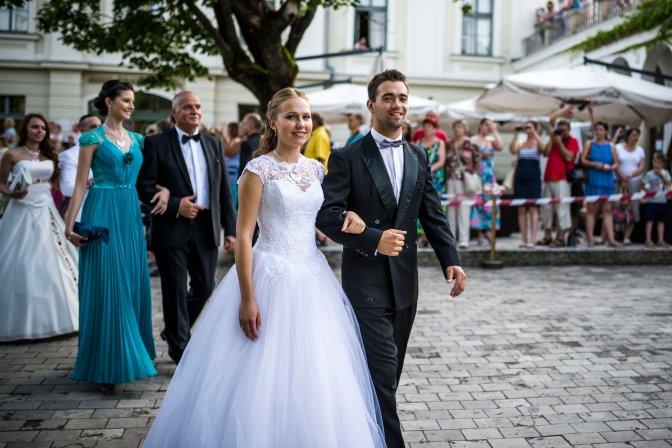 Balatonfüred, 2016. július 23. A 191. Anna-bál résztvevõi érkeznek a balatonfüredi Anna Grand Hotel parkjába 2016. július 23-án. MTI Fotó: Bodnár Boglárka