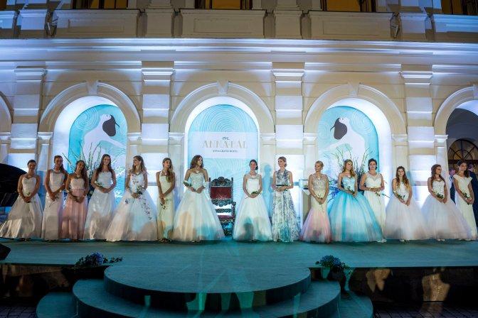 Balatonfüred, 2016. július 24. A 191. Anna-bál szépe verseny résztvevõi az Anna Grand Hotel parkjában 2016. július 23-án. MTI Fotó: Bodnár Boglárka