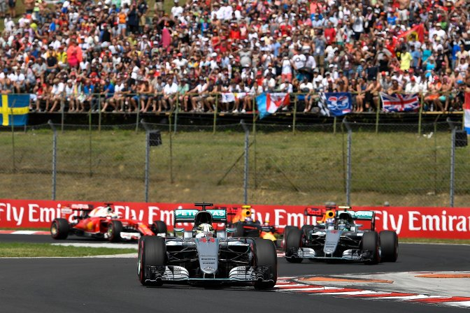 Mogyoród, 2016. július 24. Rajtol a Forma-1-es Magyar Nagydíj mezõnye a mogyoródi Hungaroringen 2016. július 24-én. Az élen a világbajnoki címvédõ Lewis Hamilton, a Mercedes csapat brit versenyzõje. MTI Fotó: Czeglédi Zsolt