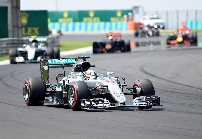 Mogyoród, 2016. július 24. A világbajnoki címvédõ Lewis Hamilton, a Mercedes csapat brit versenyzõje az élen a Forma-1-es Magyar Nagydíjon a mogyoródi Hungaroringen 2016. július 24-én. MTI Fotó: Kovács Tamás