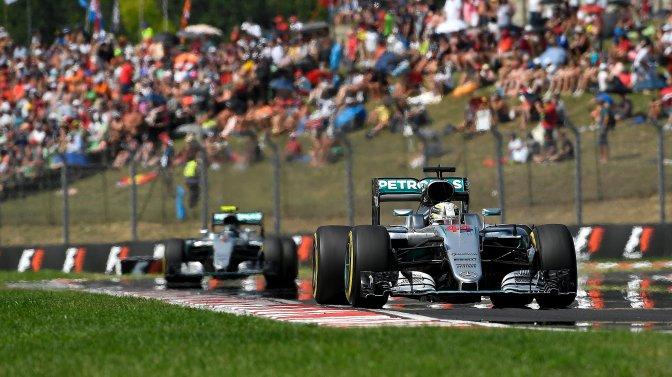 Mogyoród, 2016. július 24. A világbajnoki címvédõ Lewis Hamilton, a Mercedes csapat brit versenyzõje az élen, mögötte csapattársa, a német Nico Rosberg a Forma-1-es Magyar Nagydíjon a mogyoródi Hungaroringen 2016. július 24-én. MTI Fotó: Czeglédi Zsolt