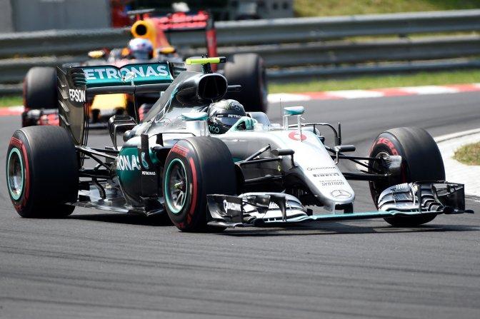 Mogyoród, 2016. július 24. Nico Rosberg, a Mercedes csapat német (elöl) és Daniel Ricciardo, a Red Bull csapat ausztrál versenyzõje a Forma-1-es Magyar Nagydíjon a Hungaroringen 2016. július 24-én. MTI Fotó: Kovács Tamás