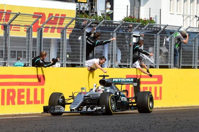 Mogyoród, 2016. július 24. A gyõztes, világbajnoki címvédõ Lewis Hamilton, a Mercedes csapat brit versenyzõje a célban Forma-1-es Magyar Nagydíjon a mogyoródi Hungaroringen 2016. július 24-én. MTI Fotó: Marjai János