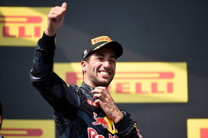 Mogyoród, 2016. július 24. A harmadik helyezett Daniel Ricciardo, a Red Bull csapat ausztrál versenyzõje a Forma-1-es Magyar Nagydíj eredményhirdetésén a mogyoródi Hungaroringen 2016. július 24-én. MTI Fotó: Kovács Tamás