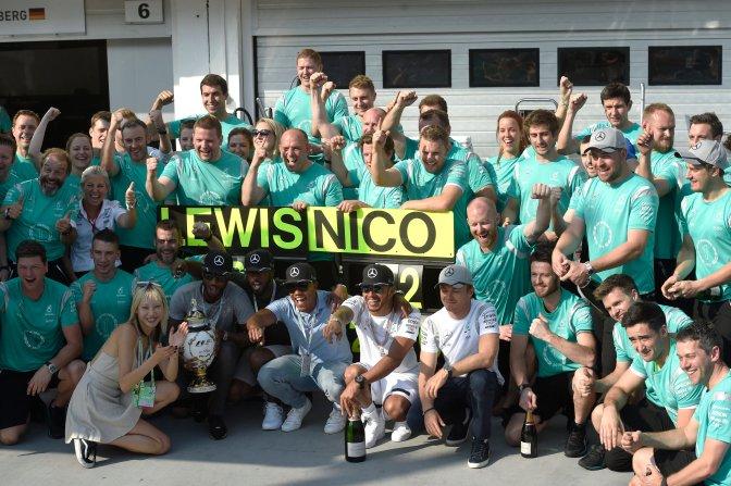 Mogyoród, 2016. július 24. Ez elsõ helyezett, világbajnoki címvédõ brit Lewis Hamilton (elöl, középen) és a második helyen végzett Nico Rosberg (tõle jobbre), a Mercedes versenyzõi csapattársaikkal ünnepelnek Forma-1-es Magyar Nagydíj eredményhirdetése után a mogyoródi Hungaroringen 2016. július 24-én. MTI Fotó: Kovács Tamás