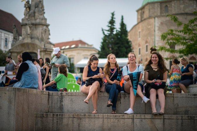 Pécs, 2016. július 26. Érdeklõdõk a Pont Ott Parti hivatalos ponthatárváró rendezvényen a pécsi Széchenyi téren 2016. július 26-án. Ezen a napon este 20 órakor várható a szeptemberben induló felsõoktatási képzések ponthatárainak kihirdetése. MTI Fotó: Sóki Tamás