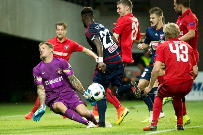 Felcsút, 2016. július 28. Johan Dahlin, a dán csapat kapusa véd a labdarúgó Európa Liga-selejtezõjének harmadik fordulójában játszott Videoton FC - Midtjylland mérkõzésen a felcsúti Pancho Arénában 2016. július 28-án. Videoton - Midtjylland 0-1. MTI Fotó: Koszticsák Szilárd