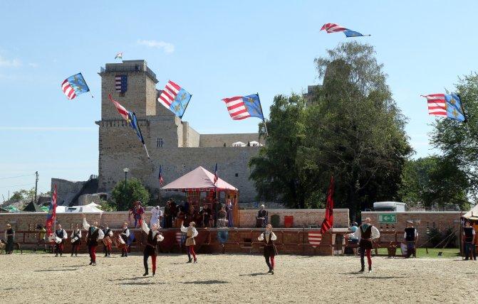 Miskolc, 2016. július 30. A Pavane történelmi tánccsoport zászlóforgatóinak bemutatója a Középkori forgatag elnevezésû rendezvényen a diósgyõri várnál, a Lovagi Tornák Terén 2016. július 30-án. MTI Fotó: Vajda János