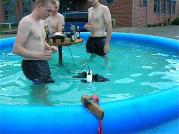 Nem vezetnek áramot a medencébe...