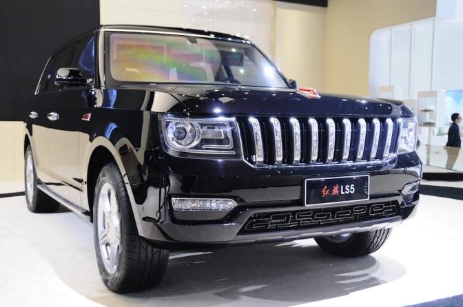 A Pekingi autószalon tele volt olyan márkákkal, amelyekről még csak nem is hallottunk, és kimondani sem tudnánk a nevüket, bár akadtak olyanok, amelyeken felfedezni véltünk európai, vagy amerikai vonásokat. Ilyen például a Hongqi LS5 SUV, amely egy pillanatra Ranger Rovernek tűnik, de nyilván szó sincs arról, hogy szolgai módon lemásolták volna.