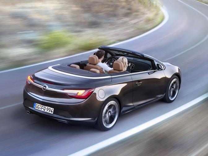 Az Opel Cascada egy valamiben biztosan nyeri az összevetést, ez pedig a méret. Tulajdonképp családi kabrió, még a korábbi Astra modellnél is nagyobb. Első ránézésre látszik, hogy szerelemgyerek, a tervezők minden apró részletre figyeltek. Talán az orr tükrözi a klasszikus márkaarculatot, de amúgy minden elemén finomítottak. A vászontetőt teljesen elrejti a burkolat, akárcsak a bukócsöveket. Hátul háromdimenziós LED-es hátsó lámpákat találunk, amelyeket egy krómléc köt össze.