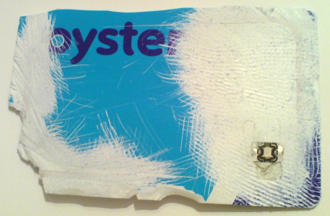 Sérült Oyster-kártya, amelyen látszik az RFID-chip