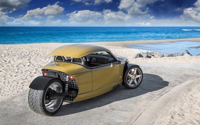 A Vanderhall Lagunát külön cikkben mutatjuk be. Az autó tényleg csodabogár, azoknak való, akiknek egy kerékkel kevesebb van, hiszen az autó is háromkerekű. Az egyedi építésű járgány mindössze 703 kiló súlyú, viszont nagyon erős. A motorja 200 lóerős teljesítményre képes, ezt mindössze 1,4 literes hengerekből préseli ki, az erejéhez hozzájárul a turbófeltöltő.