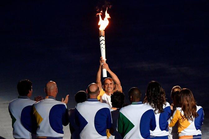 Rio de Janeiro, 2016. augusztus 6. Vanderlei Cordeiro de Lima olimpiai bronzérmes brazil maratoni futó, mielõtt meggyújtja az olimpiai lángot a XXXI. nyári olimpiai játékok megnyitóünnepségén a Rio de Janeiró-i Maracana Stadionban 2016. augusztus 5-én. MTI Fotó: Czeglédi Zsolt