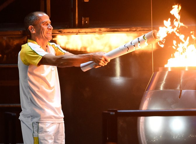 Rio de Janeiro, 2016. augusztus 6. Vanderlei Cordeiro de Lima olimpiai bronzérmes brazil maratoni futó meggyújtja az olimpiai lángot a XXXI. nyári olimpiai játékok megnyitóünnepségén a Rio de Janeiró-i Maracana Stadionban 2016. augusztus 5-én. MTI Fotó: Kovács Tamás